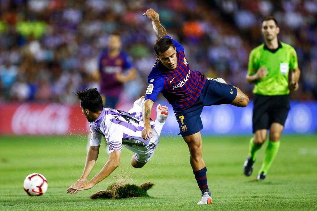 Real Valladolid's Spanish defender Javi Moyano (L) falls beside Barcelona's Brazilian midfielder Philippe Coutinho during the Spanish league football match between Real Valladolid and FC Barcelona at the Jose Zorrilla Stadium in Valladolid on August 25, 2018. / AFP / Benjamin CREMEL FBL-ESP-LIGA-VALLADOLID-BARCELONA
